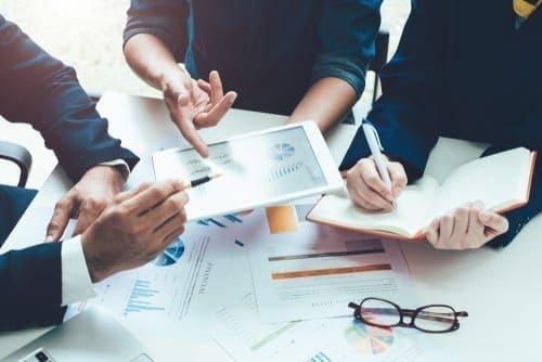 Arti jenis kompensasi finansial dan kompensasi non finansial perusahaan adalah? Apa saja yang termasuk kompensasi tersebut?
